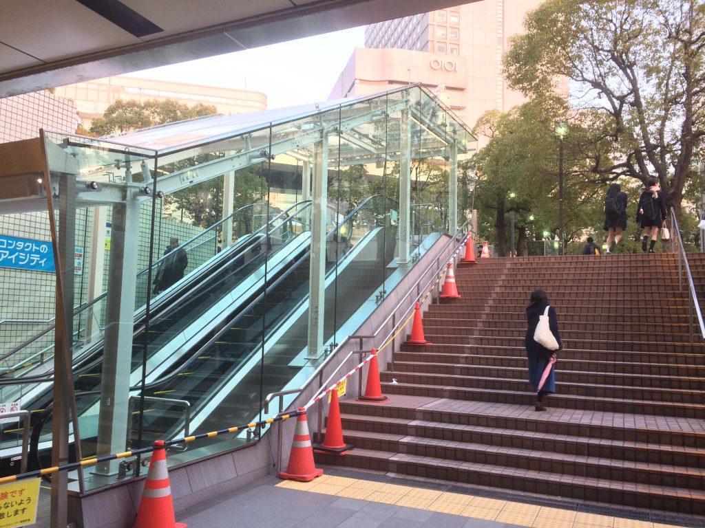 36.横浜駅東口外階段に長年の夢「屋根付きエスカレーター」設置に成功❗️3月より動き出します。