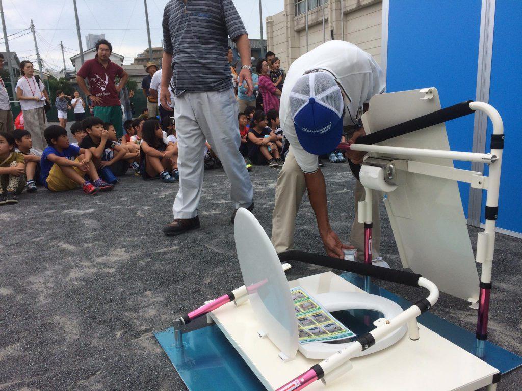 40.小学校グランドでの防災訓練、災害トイレの組み立て。多くの方達が集まる学校トイレの洋式化・エアコン整備・グランド夜間照明設置に向け全力投球❗️学校建設・木材利用を推進します。
